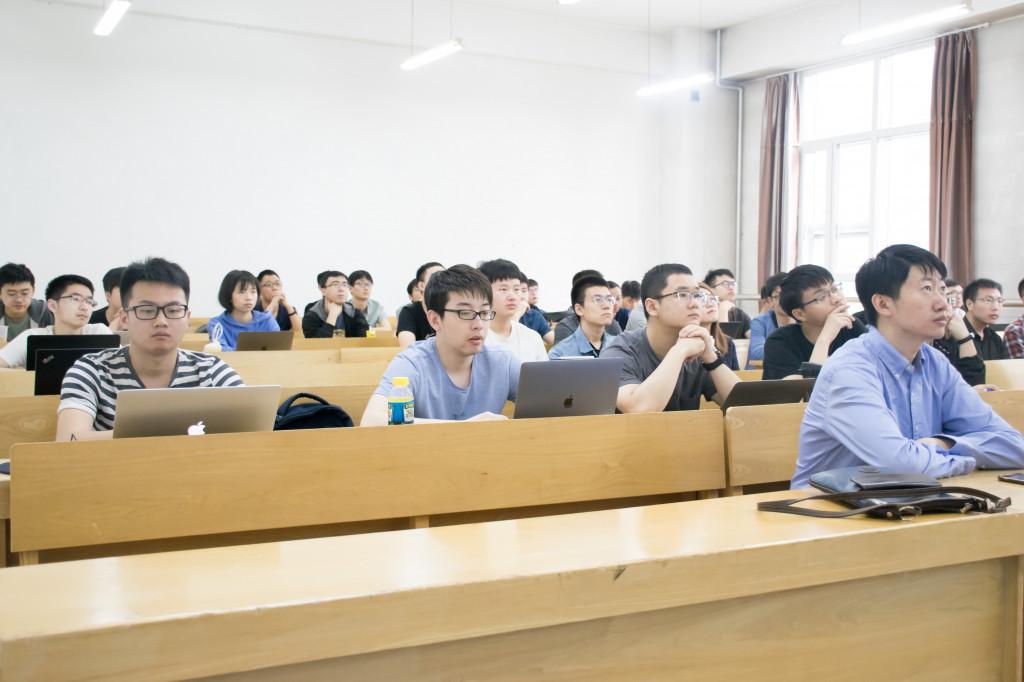 我中心老师同学听刘知远副教授作报告